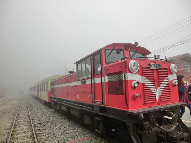 搭乘森林小火车,欣赏阿里山美景.jpg