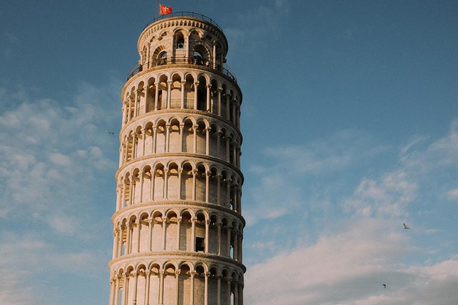 与比萨斜塔的创意合照.jpg
