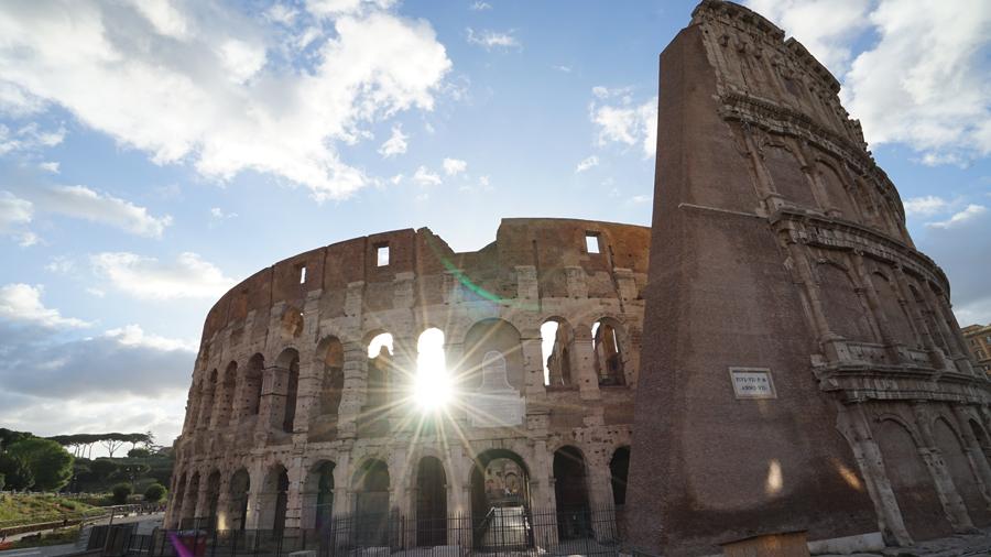 漫步于罗马的历史遗迹中.jpg