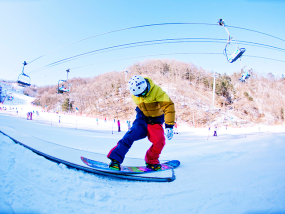 江原道伊利希安江村滑雪